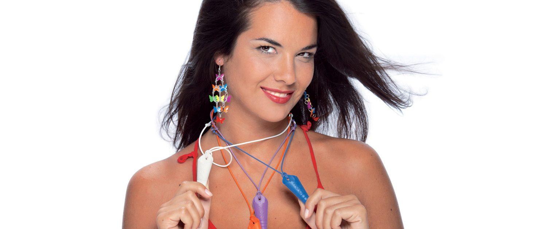 Modella con portaocchiali multicolore